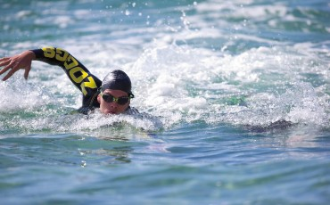 Man swimming in sea wearing Zoggs Predator goggle